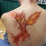 beau tatouage dos jeune phoenix pour femme
