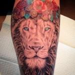 beau tatouage femme tete de lion et couronne de fleurs rose pivoine et feuilles bleu