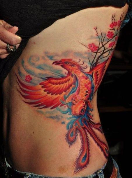 exemple beau tatouage phoenix femme rouge orange et bleu