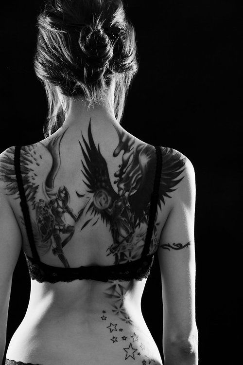exemple tatouage phoenix femme dos avec etoiles tatouage femme. Black Bedroom Furniture Sets. Home Design Ideas