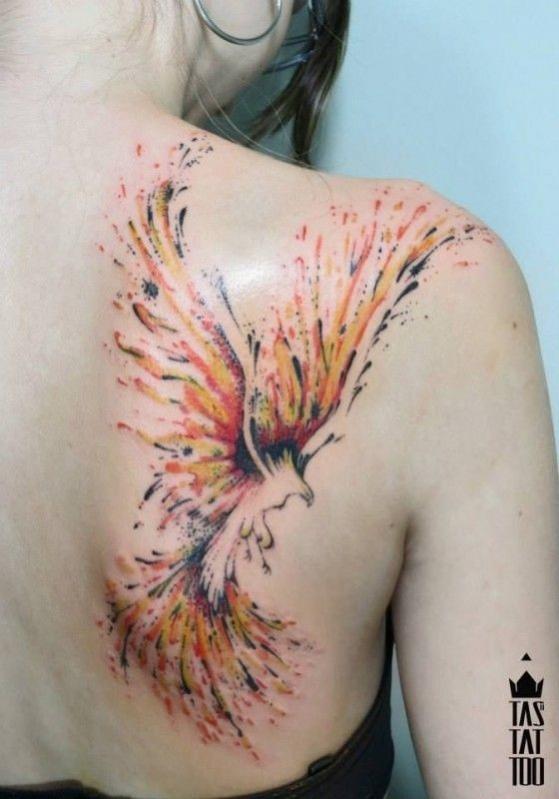 exemple tatouage phoenix femme style aquarelle
