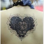 exemple tatouage tete de lion centre du haut du dos femme