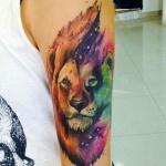 idee beau tatoo femme lion colore aquarelle haut du bras