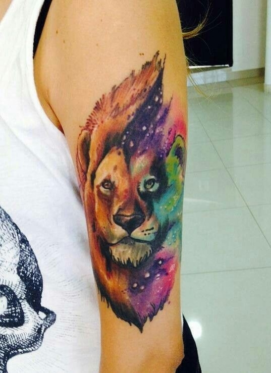 Idee Beau Tatoo Femme Lion Colore Aquarelle Haut Du Bras Tatouage