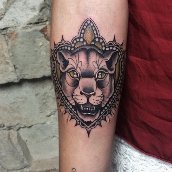 idee tatoo femme lionne bras