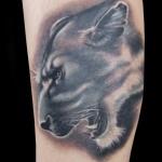 idee tatoo femme lionne rugissant