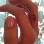 idee tattoo discret et petit point virgule cote du majeur