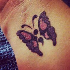 idee tattoo point virgule avec papillon poignet