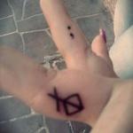 idee tattoo point virgule doigt sur le cote