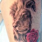 magnifique tatouage femme lion avec rose cuisse