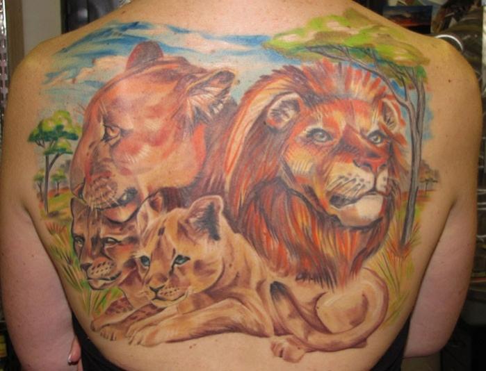 modele tatouage lion lionne et lionceaux en couleurs sur le dos