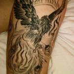 phoenix entoure de flamme tatouage femme cuisse