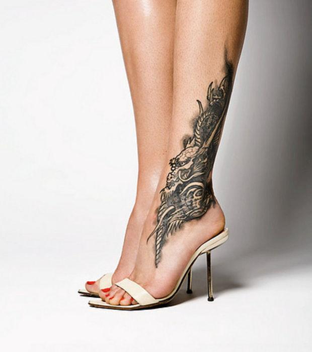 phoenix tatouage femme sur la cheville en monochrome