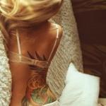 photo beau tatouage phoenix femme couleur dos et fesse