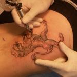 photo tatouage lion entier de profil femme