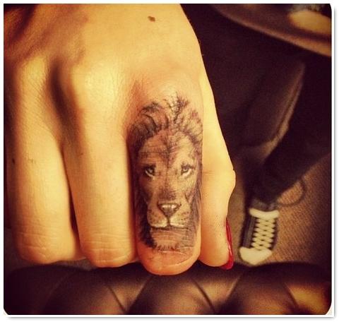 photo tatouage tete de lion femme doigt