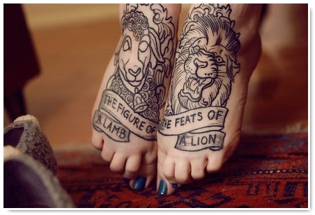 photo tattoo feminin lion contour pied avec phrase