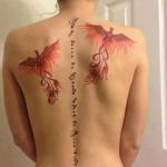 tatouage femme 2 phenix sur le dos avec phrase sur la colonne vertebrale