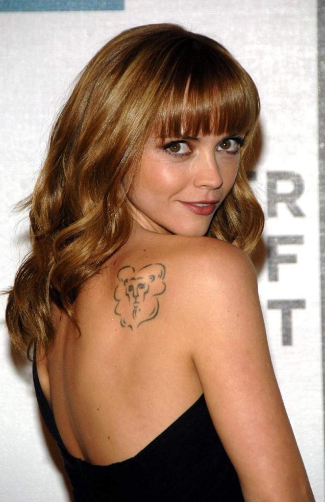 tatouage femme lion actrice cristina ricci tatouage femme. Black Bedroom Furniture Sets. Home Design Ideas