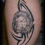 tatouage femme lion cuisse avec signe tribal