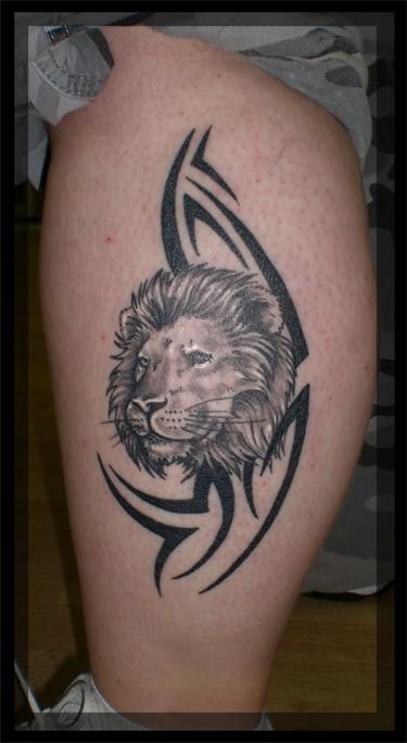 Tatouage Femme Lion Cuisse Avec Signe Tribal Tatouage Femme