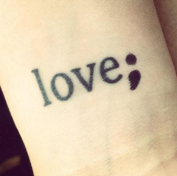 tatouage femme mot love ponctué d un point virgule