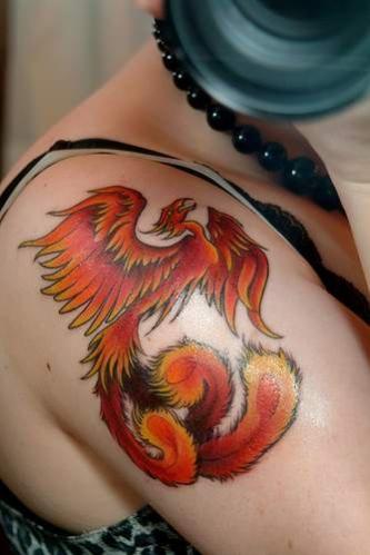 tatouage femme phenix rouge et orange sur epaule