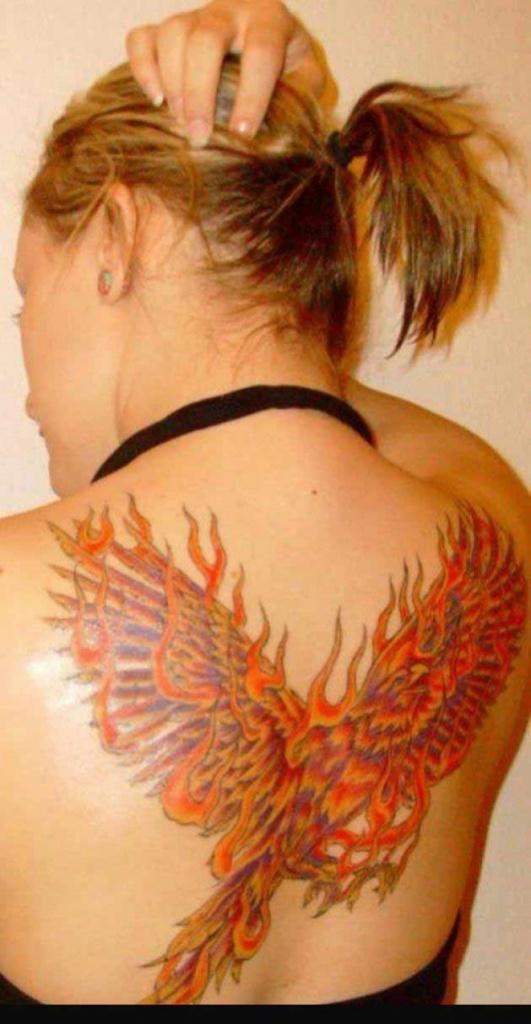tatouage femme phoenix couleurs de feu moitie de la partie haute du dos