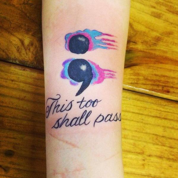 tatouage femme point virgule aquarelle bleu violet et phrase