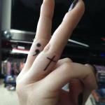 tatouage femme point virgule coin du majeur avec croix sur annulaire