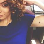 tatouage femme semicolon sur bras niveau biceps