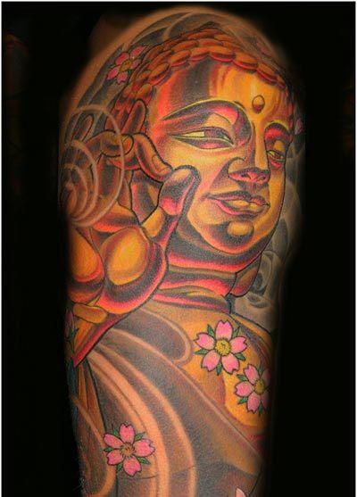 bouddhisme femme a tatouer couleur or et rouge fleurs de cerisier bras