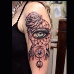 capteur de reve femme a tatouer haut du bras avec oeil et rose effet 3d