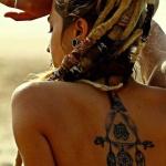 dreamcatcher tatouage femme original avec autres elements dos