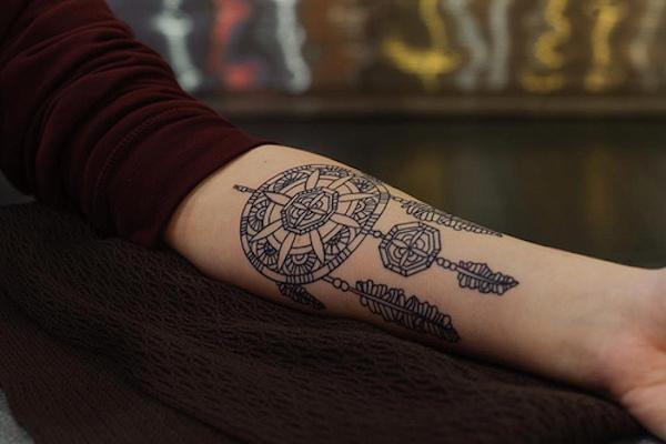 exemple tatouage attrape reve femme style mandala interieur avant bras tatouage femme. Black Bedroom Furniture Sets. Home Design Ideas