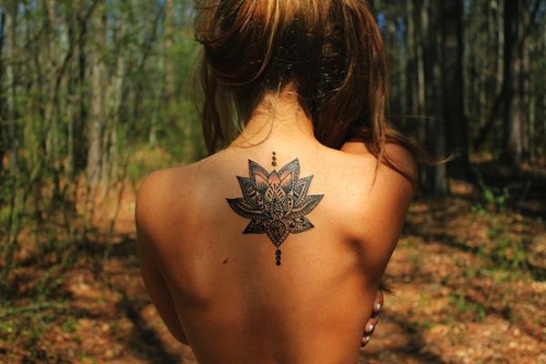exemple tatouage belle fleur de lotus centre du dos entre les omoplates style mandala