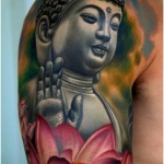 exemple tatouage bouddha levant la main femme avec grande fleur de lotus rose