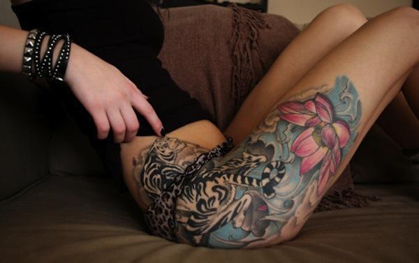 exemple tatouage fleur de lotus femme sur le haut de la cuisse et hanche