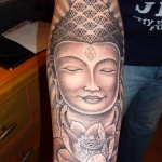 grand tatouage tibetain bouddha femme avec fleur de lotus interieur bras