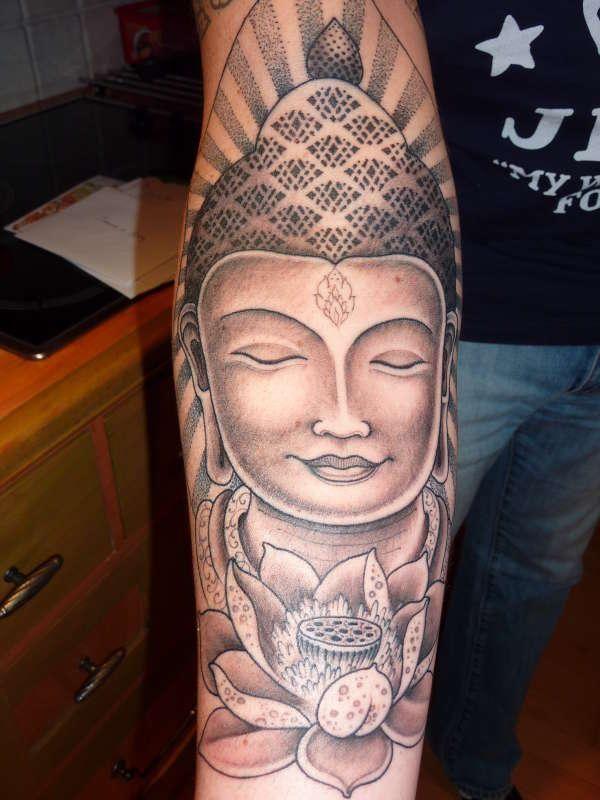 Grand Tatouage Tibetain Bouddha Femme Avec Fleur De Lotus Interieur