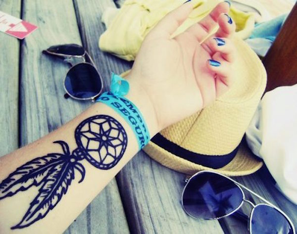 idee tatoo femme amerindien stylise epais interieur avant bras 2 plumes