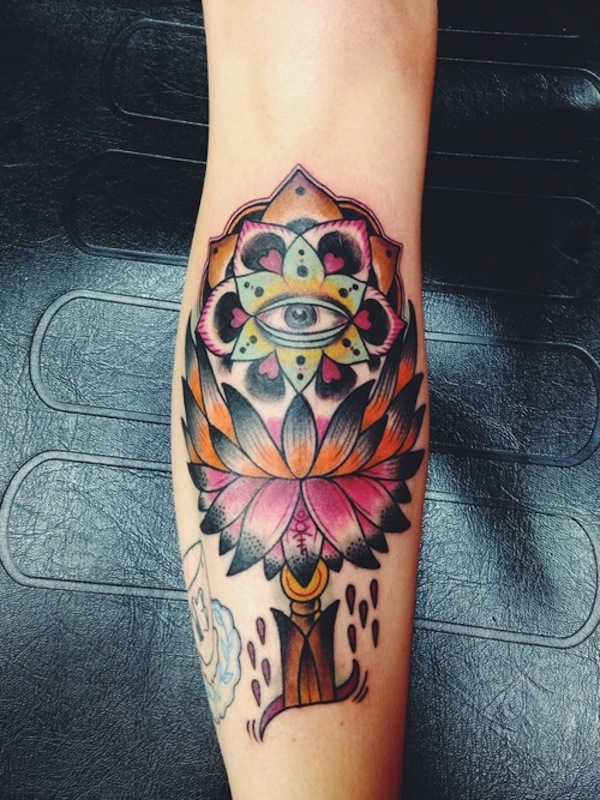 modele tatouage fleur de lotus mollet