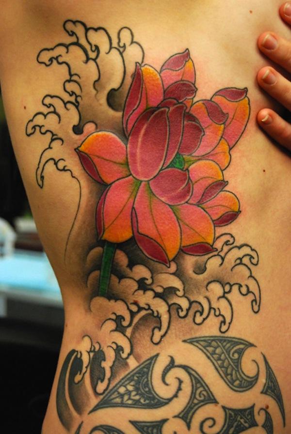 modele tatouage fleur de lotus sur le cote avec vagues