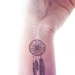 petit tatouage femme attrapeur de reve discret poignet
