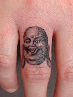 petit tatouage femme bouddha rieur doigt