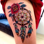 photo tattoo feminin attrape reve indien style oldschool tres colore belles plumes