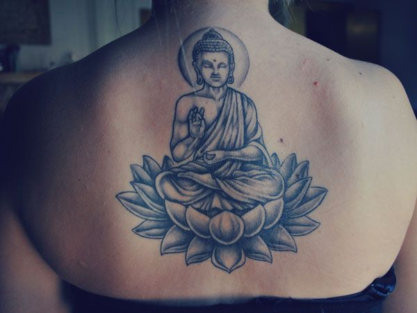 photo tattoo feminin bouddhiste haut du dos centre position du lotus