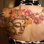 tatouage bouddhiste femme epaules et dos avec fleurs lotus cerisier orchidee lys