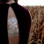 tatouage bouddhiste femme ephemere dos couleur blanc argente