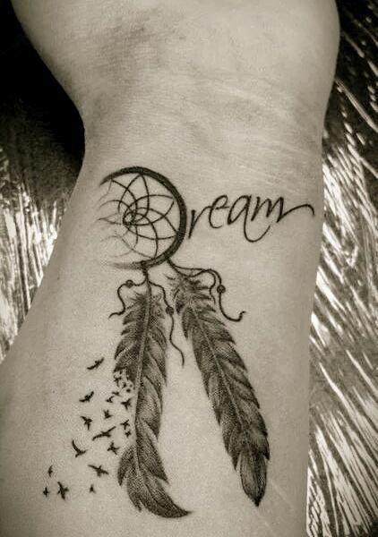 tatouage femme attrape reve mot dream et oiseaux 2 plumes interieur poignet